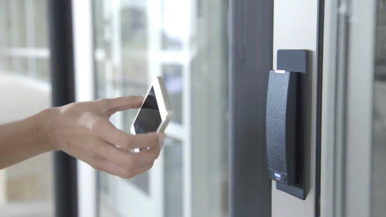 一、隐藏的安全隐患      对于智能门禁技术中的新宠手机门禁来说,其方便性而言,节省了钥匙和门禁卡遗失补办的繁琐环节。易管理性这点尤为可见,系统管理人员可以通过web登陆实时查看每个门区人员的进出情况、每个门区的状态(包括门的开关,各种非正常状态报警等),可存储人员出入的日期、时间、手机号等相关信息。后台管理系统还可以对人员出入权限进行设置、更改、注销、有效期限制、暂停、重启等,设置哪些人可以进出,哪些人不能进出等,有效跟踪使用情况。      而生物识别技术也是近年最流行的门禁管理系统,其优
