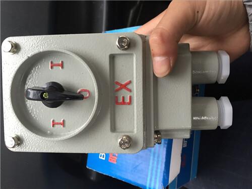 设备中作不频繁的接通/分断负荷电路及短路保护用内装开关和熔断器,能